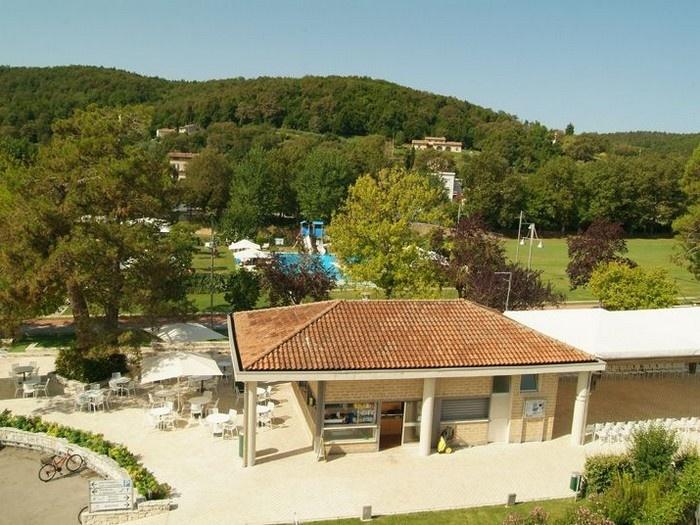 Parco delle piscine sarteano siena view all information for Camping parco delle piscine toscane